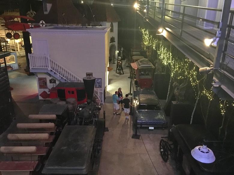 אוסף מכוניות וקרנות ישנים