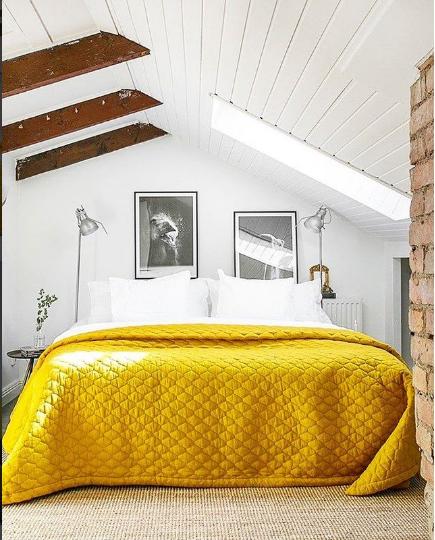 חדר שינה עם אלמנט צהוב